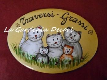 Targa ovale con una famiglia di gatti